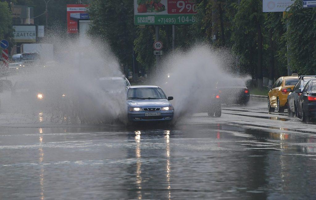 автомобиль едет в дождь