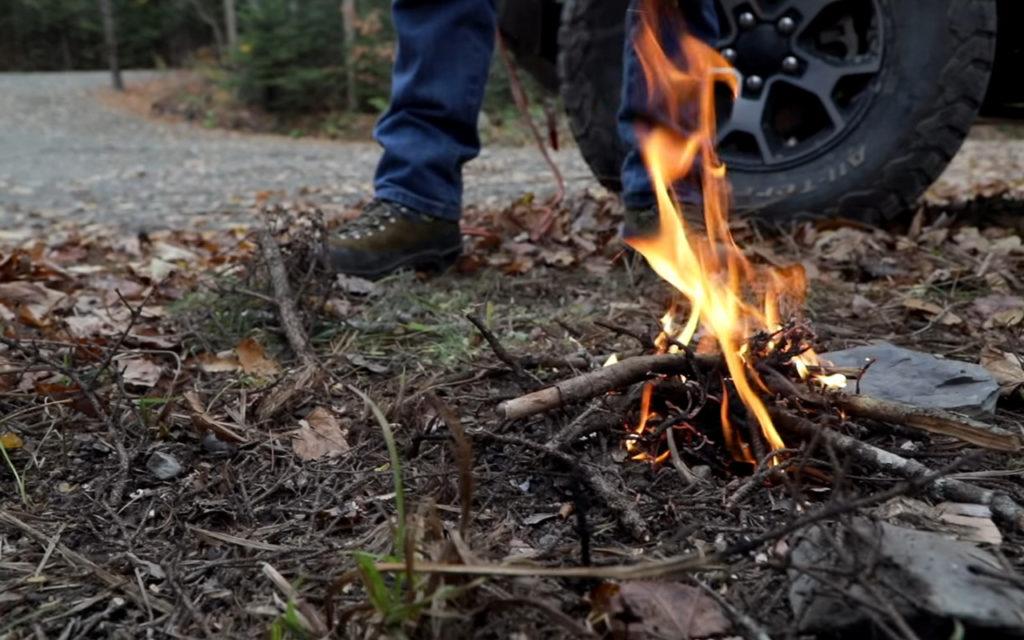 Разжигаем костер, используя только автомобиль: полезные хитрости