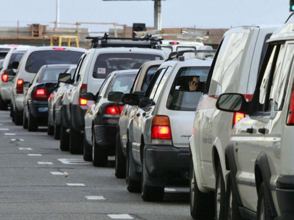 очередь машин на дороге