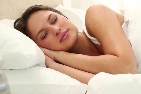 Сон тоже может вызвать морщины: вредные позы для сна