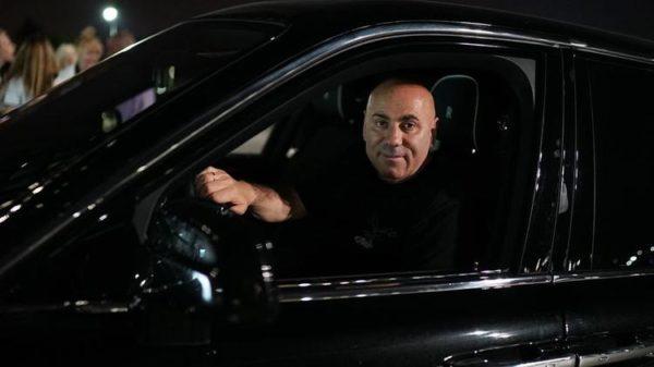 Таксисты, реклама, гадания: чем зарабатывают звезды на карантине
