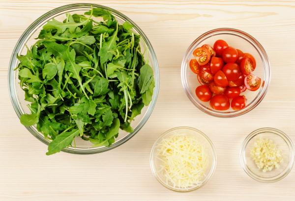 narezaem pomidory i rukkolu