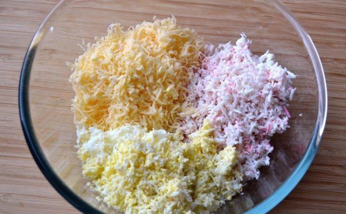 Сыр, яйца, крабовые палочки натереть на терке
