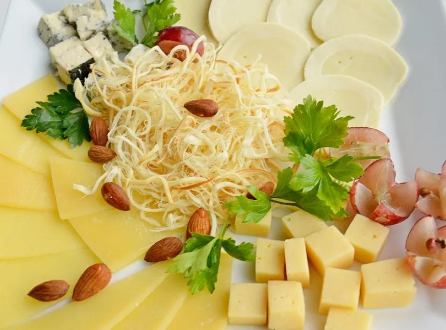 блюдо с дольками сыра