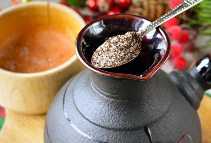 В турку поместить кофе, смесь корицы и имбиря.
