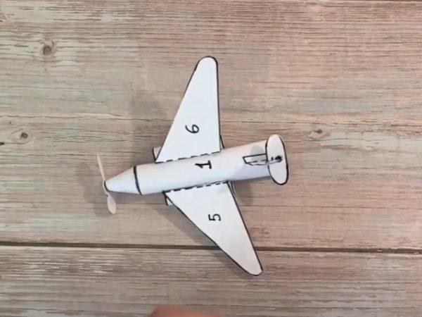 клеим детали самолета