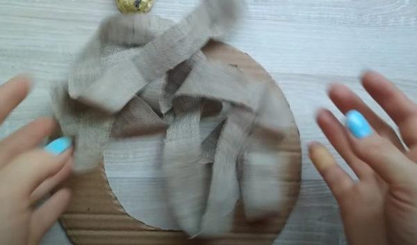 Мешковину нарезаем полосками