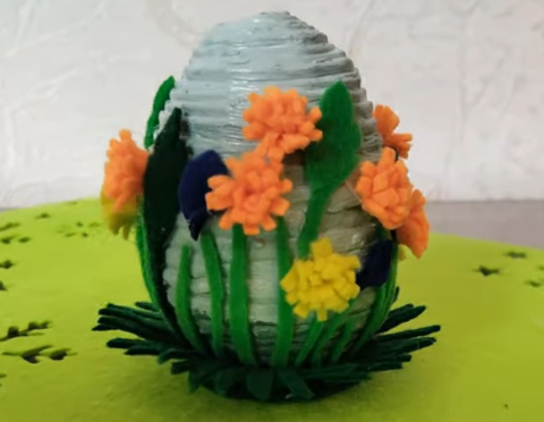 пасхальное яйцо из газеты и фетра